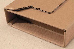 Universal-Versandverpackungen aus stabiler Wellpappe mit Kantenschutz - Selbstklebeverschluss und Aufreißfaden